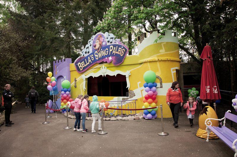 Avonturenpark Hellendoorn is een attractiepark met meer dan 30 attracties en een waterpark. En sinds kort is de nieuwe attractie Bella's Swing Paleis geopend. Ik kende Hellendoorn nog niet en we hebben uitgebreid de tijd genomen om dit leuke pretpark te leren kennen. Je leest er alles over!