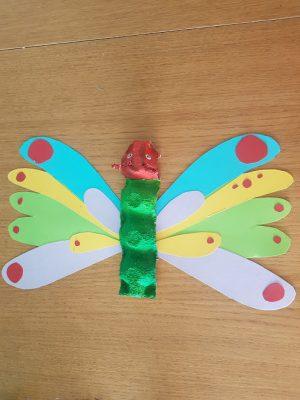Rupsje Nooitgenoeg maken van eierdozen. de Vlinder