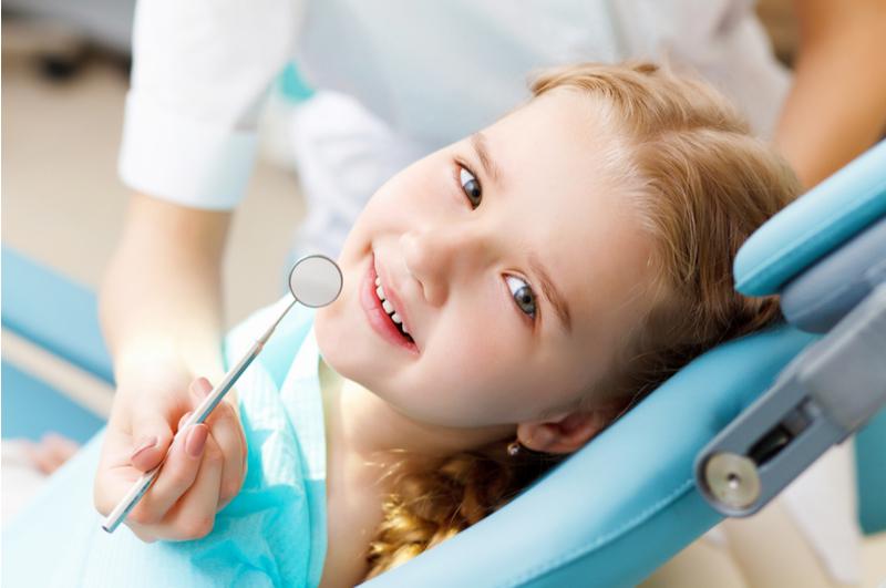 Angst voor de tandarts bij kinderen voorkomen is makkelijker gezegd dan gedaan. Maar met deze tips maak je het tandarts bezoek al een stuk gezelliger.