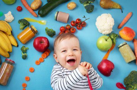 Beginnen met vaste voeding bij je baby? Er zijn verschillende tips en methodes voor te vinden. Wij leggen uit hoe je ermee kunt beginnen.