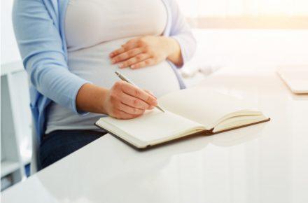 Een bevalplan schrijven, moet dat nou echt? En wat moet er allemaal in komen te staan? Een onderwerp waar veel vragen over zijn..