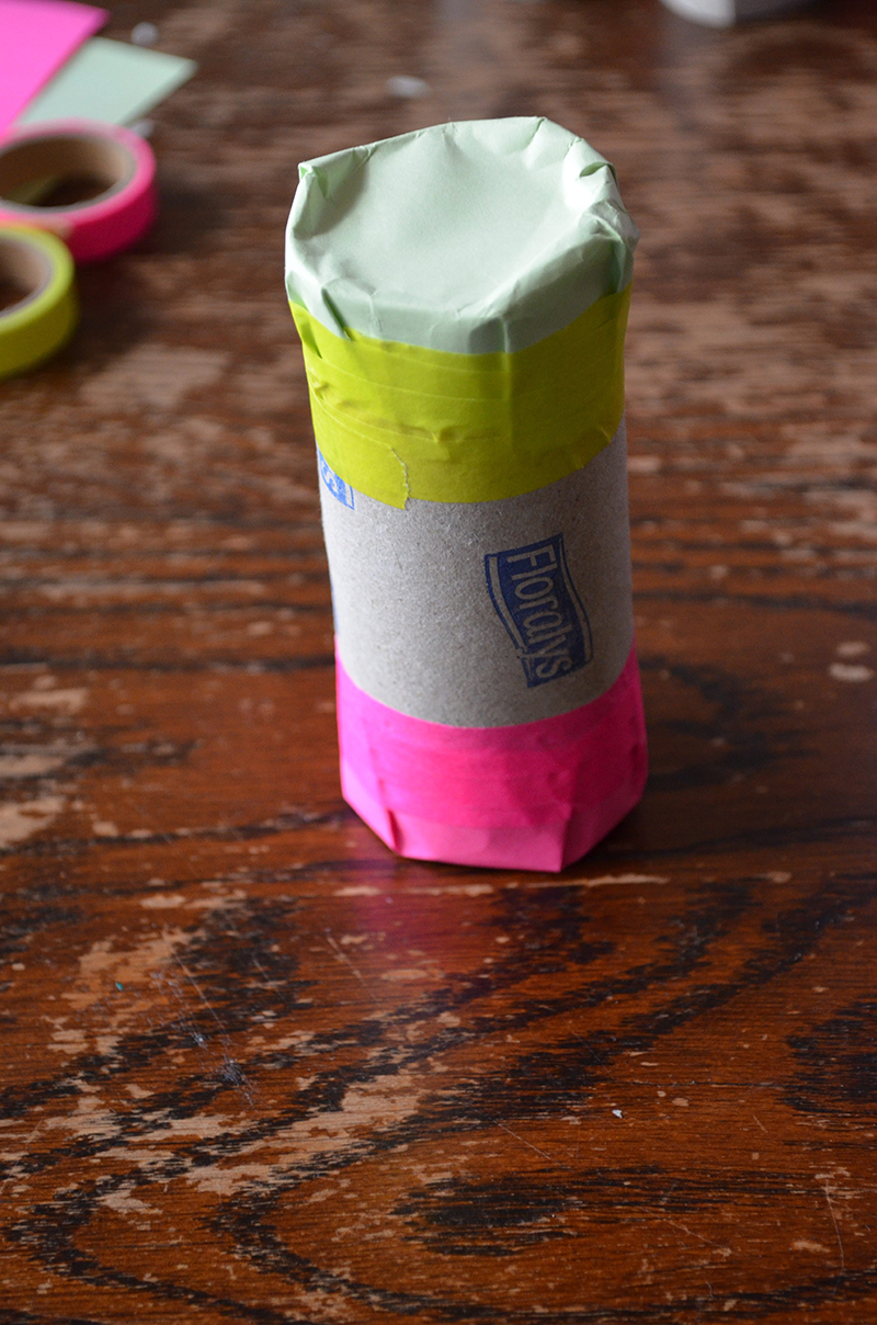 Wil je je kinderen wat muzikaliteit doorgeven? Probeer dan deze washi-tape shaker eens te maken. Met deze shakers kunnen je kinderen zelf mee schudden op de ritme van de muziek. En je maakt ze ook nog eens zonder verf en al te veel rommel.