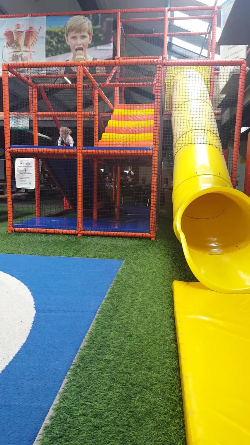 In Ruinerwold ligt speelboerderij De Drentse Koe. We besloten er een kijkje te nemen en waren aangenaam verrast. Welke leuke indoor speeltuinen of speelboerderijen liggen bij jou in de buurt en zijn een bezoekje waard?