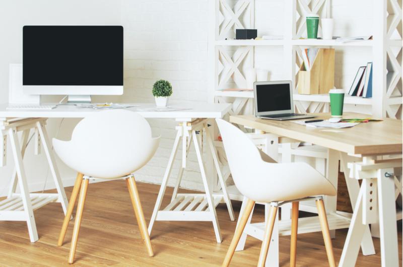 Als thuiswerkende moeder is kantoorruimte vinden elke keer weer een uitdaging. Ik wil niet altijd aan de eettafel zitten te werken en zocht daarom naar andere mogelijkheden. Hoe heb jij dit opgelost als je thuiswerkt?