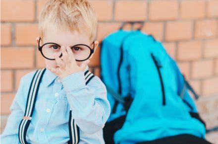 waar let je op bij het kiezen van een kinderbril? En hoe maak je het dragen van een bril gemakkelijker en leuker voor je kind?