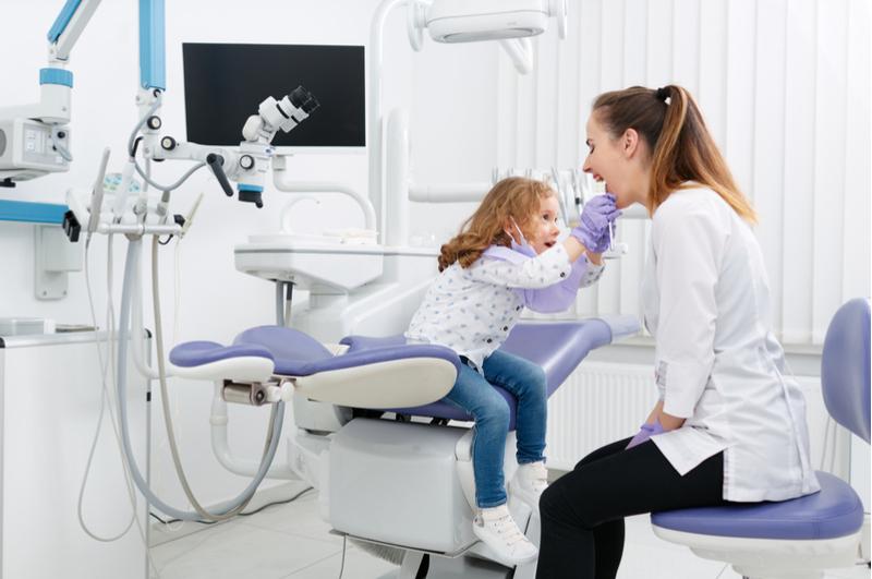 Het is belangrijk om twee keer per dag je tanden te poetsen, ook bij je kind. Maar wat als tandenpoetsen bij je kind een strijd is? Met deze tips kun je strijd bij het tandenpoetsen voorkomen.