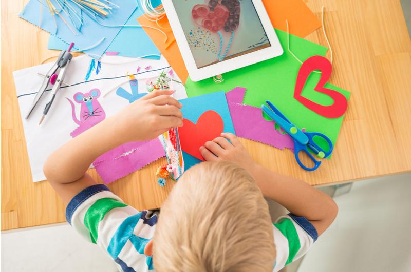 Knutselen met je kind is heel gezellig en goed voor het creatief vermogen en de fijne motoriek. Met deze leuke knutselboeken heb je altijd leuke ideeën.