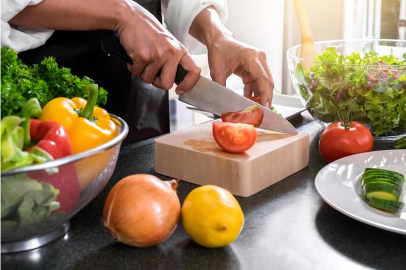 Gezond koken en eten met je kind is veel minder moeilijk dan je op voorhand zou denken. Met deze tips wordt het aan tafel pas echt gezellig samen met je peuter en kleuter!