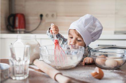 Koken met kinderen is heel erg leuk. In dit artikel geef ik je wat tips én een lijstje met een aantal leuke kookboeken speciaal voor kinderen.