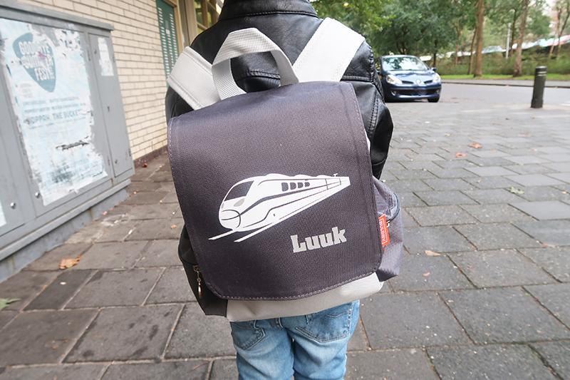 Wat neemt een kleuter allemaal mee naar school? Ik laat je zien wat er in Luuk's schooltas zit iedere dag en wat hij daarnaast nog meeneemt.