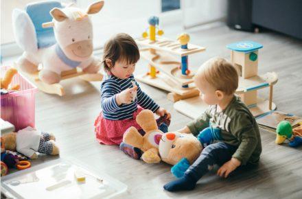 Speelgoed aanbieden aan je kind, maar je weet niet goed wat? Met deze tips weet je beter waar je op kunt letten bij het kiezen van speelgoed voor je kind.