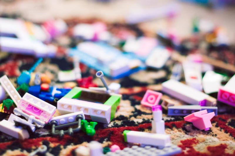 Speelgoed opbergen op een handige en leuke manier, is voor vrijwel iedere ouder een gedoe. Ik zocht 15 manieren op om speelgoed praktisch en toch ook netjes op te kunnen ruimen. Zit er voor jou een idee tussen?
