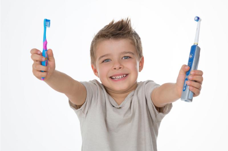 Het gebit van je kind verzorgen is erg belangrijk. Tandbederf ligt op de loer als je dit niet goed doet. Gaatjes kunnen erg pijnlijk zijn en leiden tot andere problemen. Een goede mondgezondheid is dus erg belangrijk. Met deze tips leer je hoe je je kind kunt leren om goed zijn of haar gebit te poetsen.