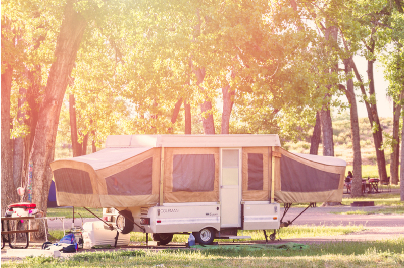 Met een vouwwagen op vakantie gaan is weer eens wat anders en hartstikke leuk om te doen met het gezin! Ik vertel je wat je nodig hebt voor een kampeervakantie met de vouwwagen.
