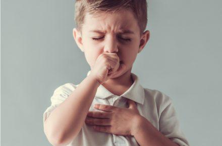 Wat is kinkhoest, wat kun je er tegen doen en is kinkhoest gevaarlijk? We geven je alle informatie die je nodig hebt over deze bekende ziekte.