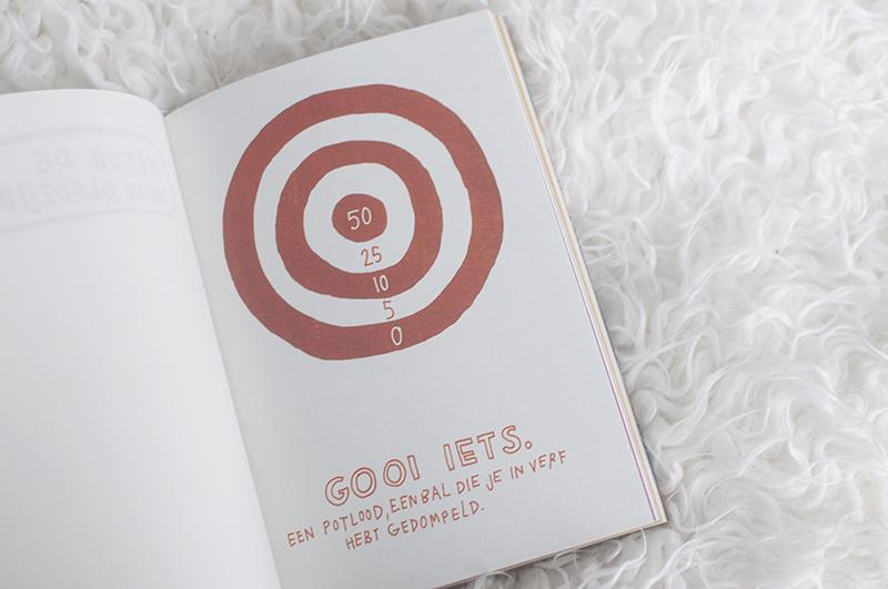 Wreck This Journal is een boek waar je in mag knippen, plakken, scheuren, tekenen, verven en nog veel meer. En het is nu in het Nederlands verkrijgbaar!