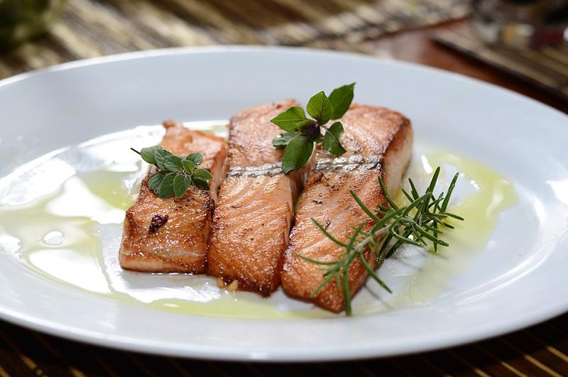Vis tijdens de zwangerschap eten, kan dat wel? Veel mensen denken van niet. Maar we hebben alle do's en don'ts voor je uitgezocht. Want er is nog genoeg vis waar je wél van kunt genieten als je zwanger bent!
