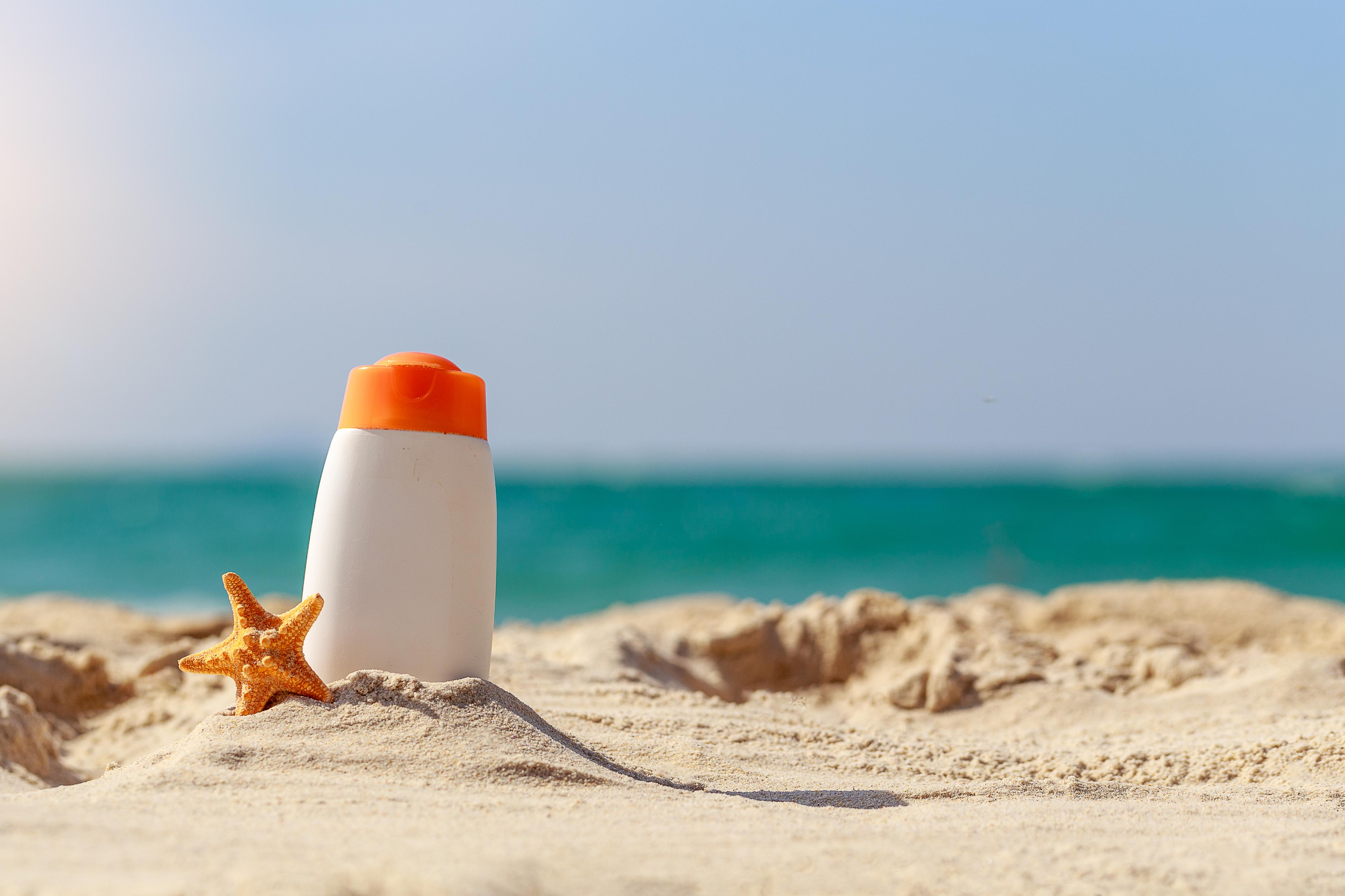 Zonbescherming, de do's en don'ts. Zodra de zon begint te schijnen, grijpen veel massaal naar de zonnebrandcrèmes. Maar is dit wel zo verstandig? Via dit artikel probeer ik jullie wat meer informatie hierover te geven waarna jullie zelf een keuze kunnen uit de diverse verkrijgbare zonnebrandcrèmes.