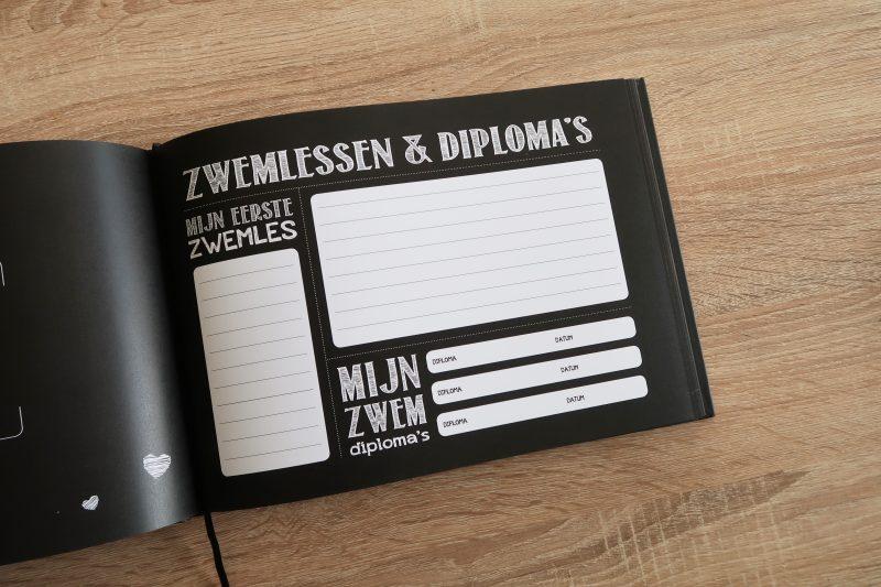 Mijn grote opgroeiboek van DEMICO KIDS is een leuk monochrome invulboek. Je houdt hierin allerlei bijzonderheden over je kinderen in de leeftijd van 0 tot 18 jaar bij. Een lang tijdsbestek dus, wat dit boek totaal anders dan andere invulboeken maakt.